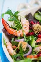 frisse salade met garnalen en granaatappelpitjes foto