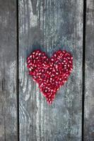 granaatappelpitjes in hartvorm foto