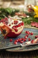granaatappel op houten tafel foto