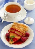 heerlijke pannenkoeken met bessen en frambozensaus. foto