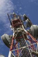 telecommunicatietoren tegen blauwe hemel foto