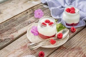 natuurlijke yoghurt met verse frambozen en frambozenjam als ontbijt foto