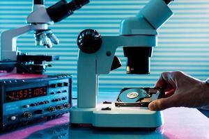 controle micro-elektronisch apparaat in een laboratoriummicroscoop foto