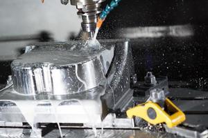 cnc, bewerkingscentrum dat metaal freest om mal te maken. foto