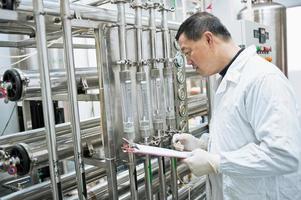 farmaceutische fabriekstechnicus op het werk foto
