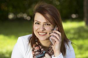 jonge vrouw op mobiele telefoon foto