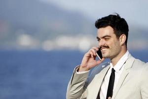 mannen praten op mobiele telefoon foto