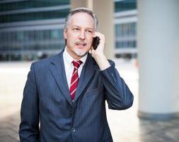 zakenman met behulp van een mobiele telefoon foto