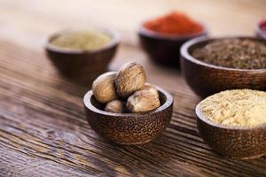 houten tafel van kleurrijke kruiden foto