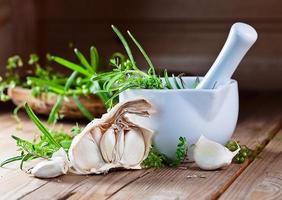 knoflook en groene kruiden foto