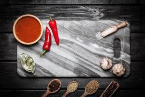 marmeren bord met verschillende kruiden foto