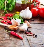peper, knoflook en andere kruiden foto