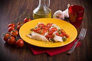 vis met kerstomaatjes en olijven. foto