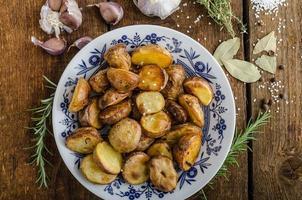gebakken aardappelen met kruiden en knoflook foto