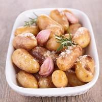 gebakken aardappel met knoflook en rozemarijn