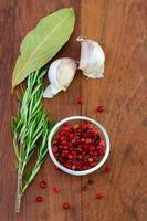 roze peper met knoflook en rozemarijn foto