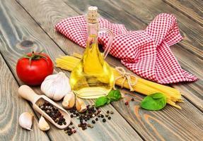 olijfolie, basilicum, tomaat en knoflook foto