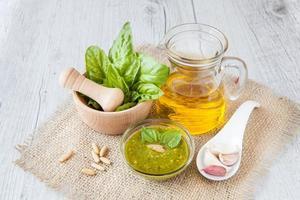 pesto, typisch Siciliaanse saus gemaakt met verse basilicum foto