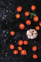gesteunde tomaten en knoflook foto