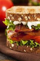 verse zelfgemaakte blt sandwich foto