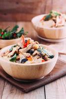 close-up rijst gegarneerd met roergebakken varkensvlees en basilicum