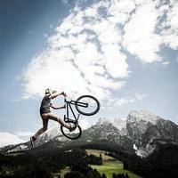 dirtbiker springt hoog foto