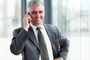succesvolle zakenman praten op mobiele telefoon foto
