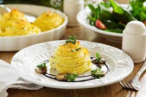 gebakken vlees met champignons in aardappelpuree. foto