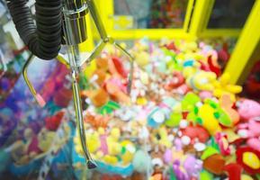 vang apparaat op achtergrond van speelgoed in arcademachine foto