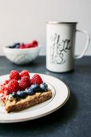 toast met pindakaas en bessen foto