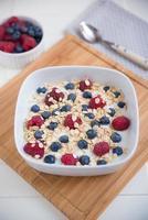 yoghurt met muesli en bessen foto