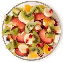 fruitsalade in een heldere vaas