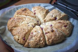 close-up van vers gebakken scones met granaatappel zaden. foto