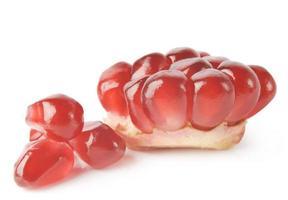rijp granaatappelstuk dat op witte achtergrond wordt geïsoleerd foto