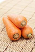 wortelen op houten plaat foto