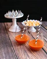 wortelsap met schuimgebakjes foto
