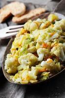 gekookte gezonde groenten op de houten tafel