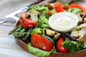 voorgerecht van gegrilde groenten (paprika, asperges, courgette, broccoli) foto