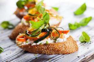 Courgette, wortel en kaasbruschetta foto
