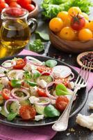groentesalade met verticale fetakaas