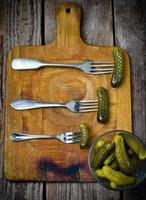 ingelegde komkommers op een vork foto