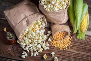 maïs en popcorn in rustieke versie foto