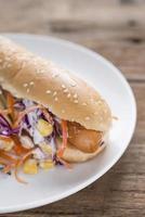 hotdog broodje met worst foto