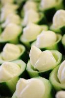 komkommerroomkaas en canapés van gamba's foto