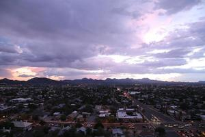 tuscon skyline bij zonsondergang foto