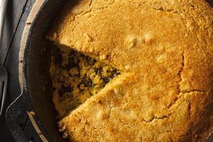 zelfgemaakte maisbrood in zuidelijke stijl foto