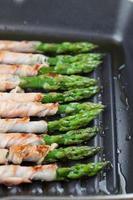 gegrilde prosciutto omwikkelde asperges foto