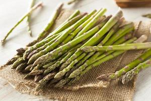 biologische rauwe groene asperges foto