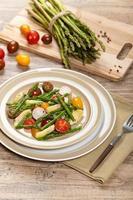Salade van geroosterde asperges en artisjok foto