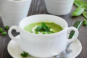 pureer de soep jonge doperwtjes. foto